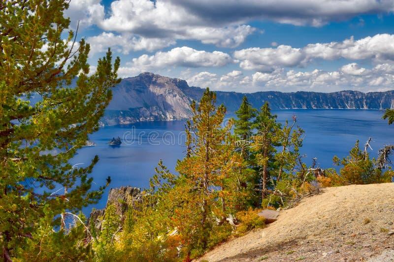 Krater sjönationalpark i Oregon på en molnig dag royaltyfria bilder