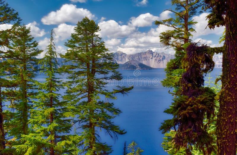 Krater sjönationalpark i Oregon på en molnig dag arkivbild
