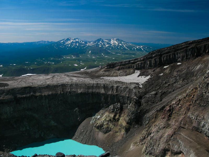 Krater syrlig sjö i den Gorely vulkan, Kamchatka halvö Ryssland royaltyfri bild