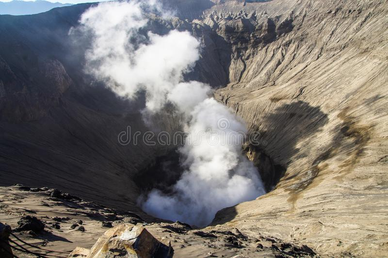 Krater van actieve vulkaan Bromo, de Nationale Pa van Bromo Tengger Semeru stock foto's