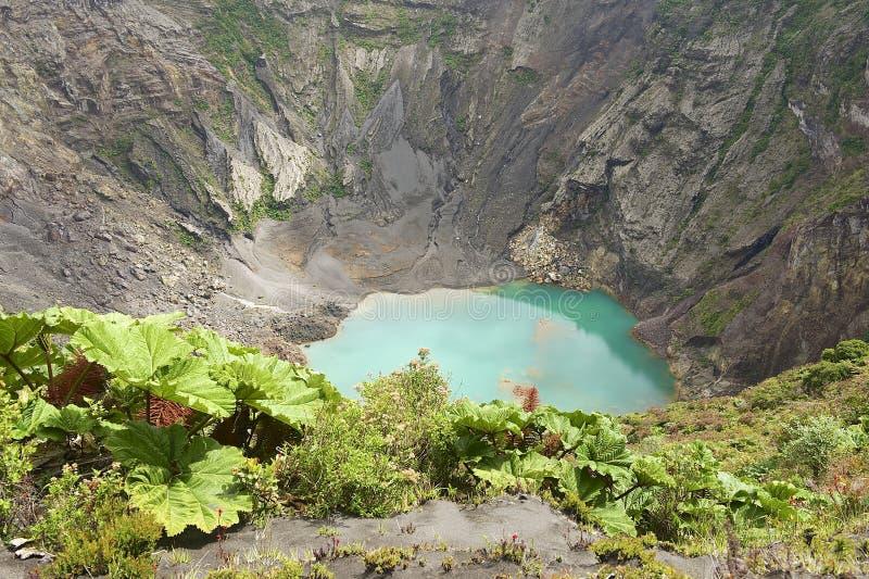 Krater van de actieve die vulkaan van Irazu in de Cordillera Centraal dicht bij de stad van Cartago, Costa Rica wordt gesitueerd royalty-vrije stock afbeelding
