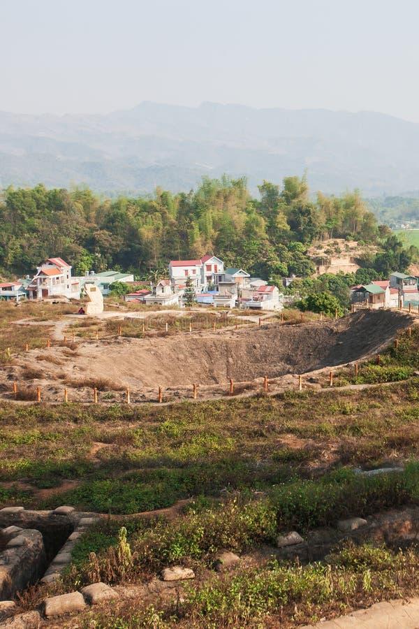 Krater van A1-heuvel, het belangrijkste kamp van de Franse kolonisten in Dien Bien Phu tijdens de eerste Indochina-Oorlog in 1954 royalty-vrije stock foto