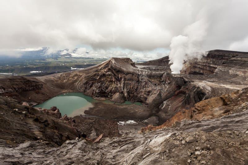 Krater van Volcano Gorely, het schiereiland van Rusland, Kamchatka Vulkanisch Landschap royalty-vrije stock fotografie
