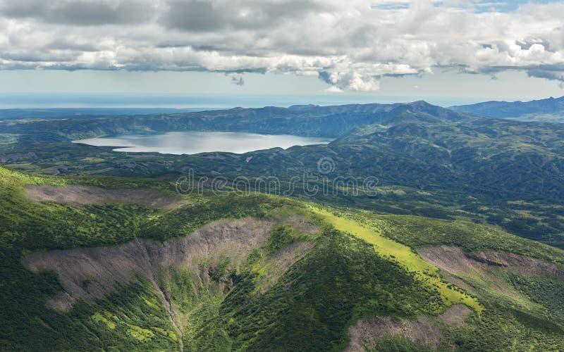 KraterKarymsky sjö Kronotsky naturreserv på den Kamchatka halvön royaltyfri fotografi