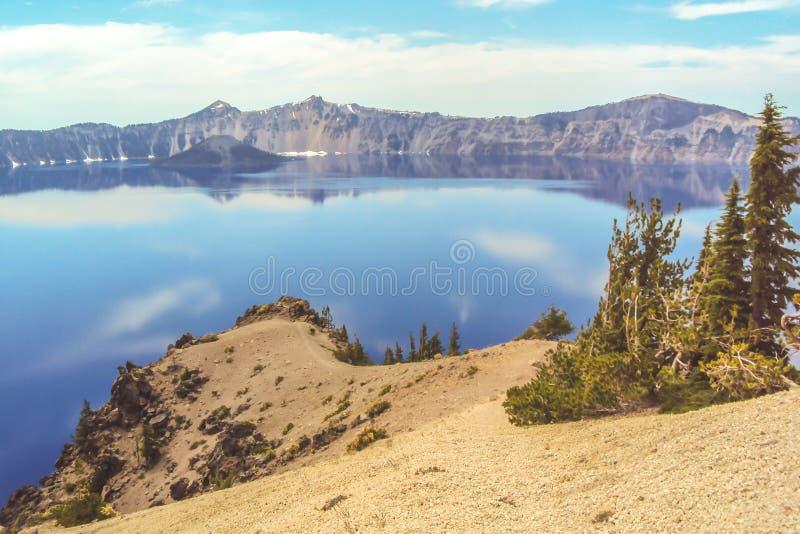 Kratermeer in Oregon met kleine sleep royalty-vrije stock foto
