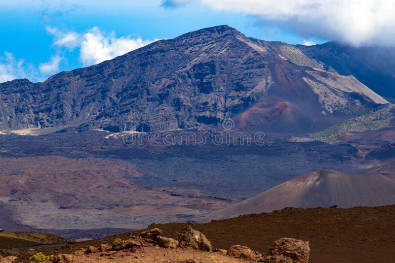 Kraterpiek en caldera van een sluimerende vulkaan in het Nationale Park van Haleakala in Maui, Hawaï stock afbeeldingen