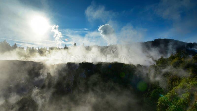Kratery księżyc geotermiczny krajobraz w Nowa Zelandia obraz stock