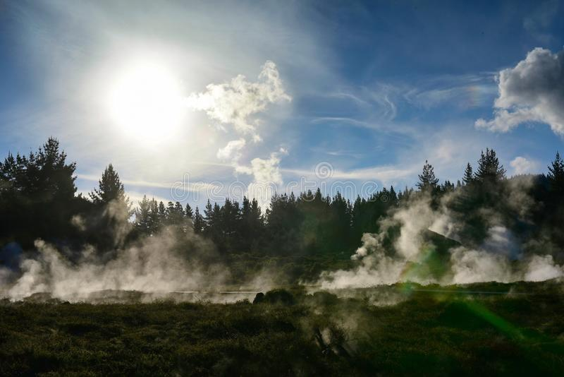 Kratery księżyc geotermiczny krajobraz w Nowa Zelandia zdjęcie stock