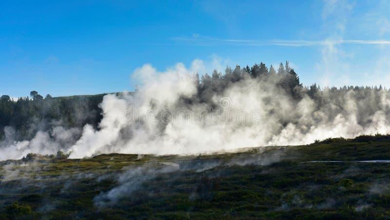 Kratery księżyc geotermiczny krajobraz w Taupo w Nowa Zelandia zdjęcia stock