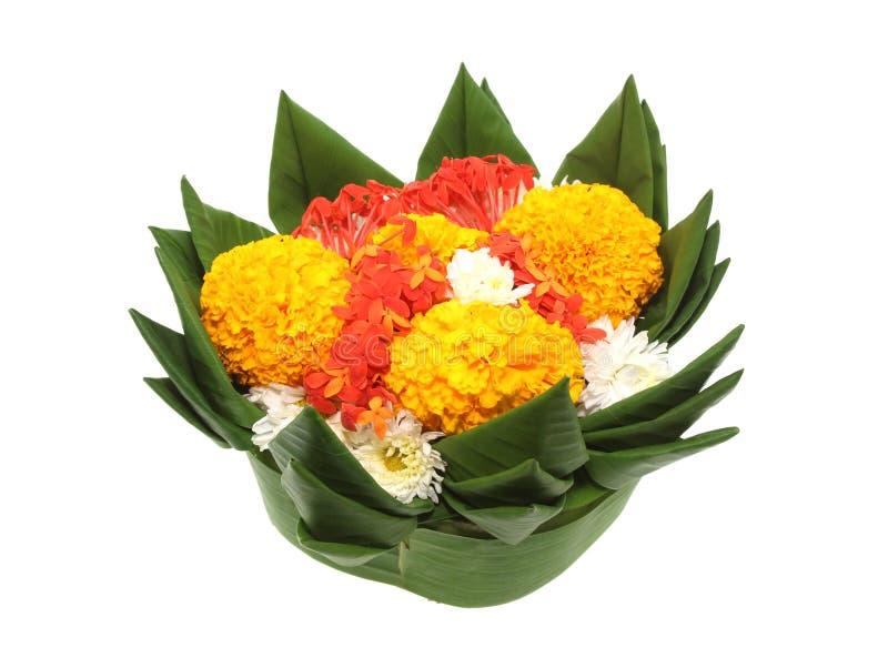 Krathong做了绿色香蕉叶子和用蜡烛和花装饰 库存照片