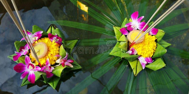 Krathong, canestro di galleggiamento elaborato mano dalla foglia della banana, decorata con i fiori ed i bastoni di incenso, cand fotografia stock