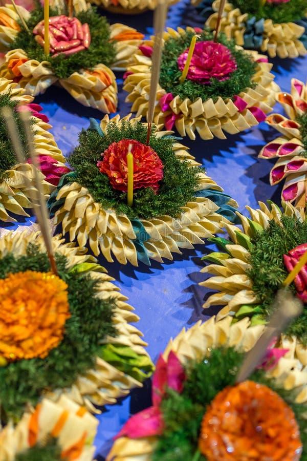 Krathong den tillverkade handen sväva stearinljuset som göras av att sväva delen som dekoreras med gräsplan, lämnar färgrika blom arkivbild