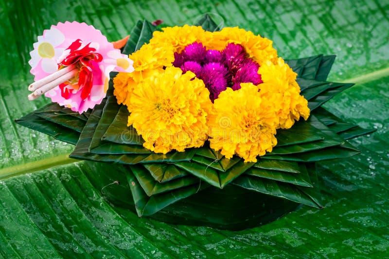 Krathong zrobi? bananowy li?? i kwiaty fotografia royalty free