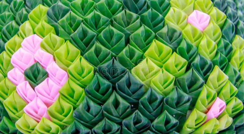 Krathongbloemblaadjes van groene die banaanbladeren worden met Thaise motieven worden verfraaid gemaakt dat royalty-vrije stock afbeeldingen