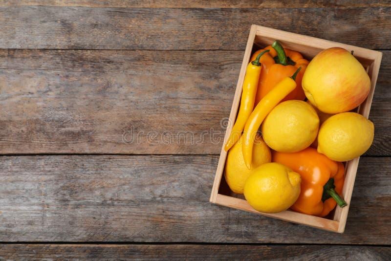 Krathoogtepunt van verse rijpe vruchten en groenten op houten achtergrond Ruimte voor tekst stock fotografie