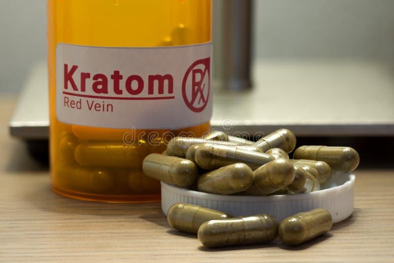 Kratom preventivpillerar på ett skrivbord