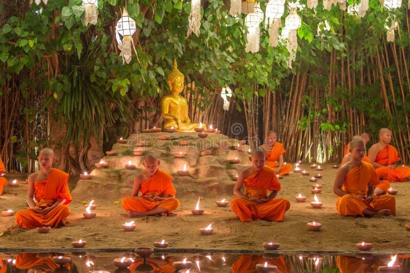 Kratong festiwal, mnich buddyjski pożarnicze świeczki Buddha i spławowa lampa dalej w Phan Tao świątyni, zdjęcia stock