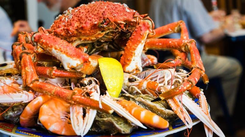 kratzen Sie auf Meeresfrüchteplatte im lokalen Fischrestaurant stockbilder