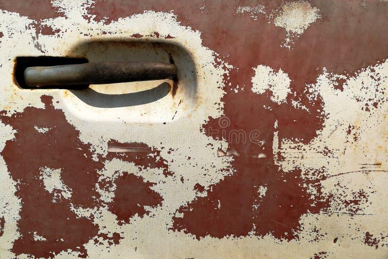 Kratzer und defektes auf altem Oberflächenauto stockfotos