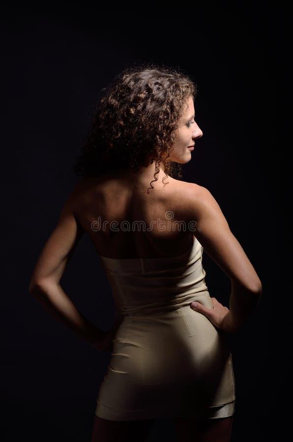 Krause Frau im Cocktailkleid lizenzfreie stockfotografie