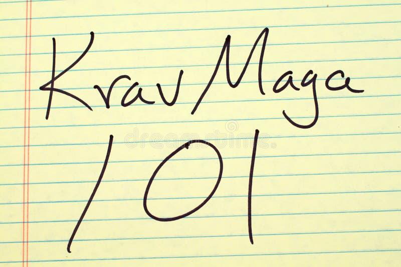 Krav在一本黄色便笺簿的Maga 101 库存图片