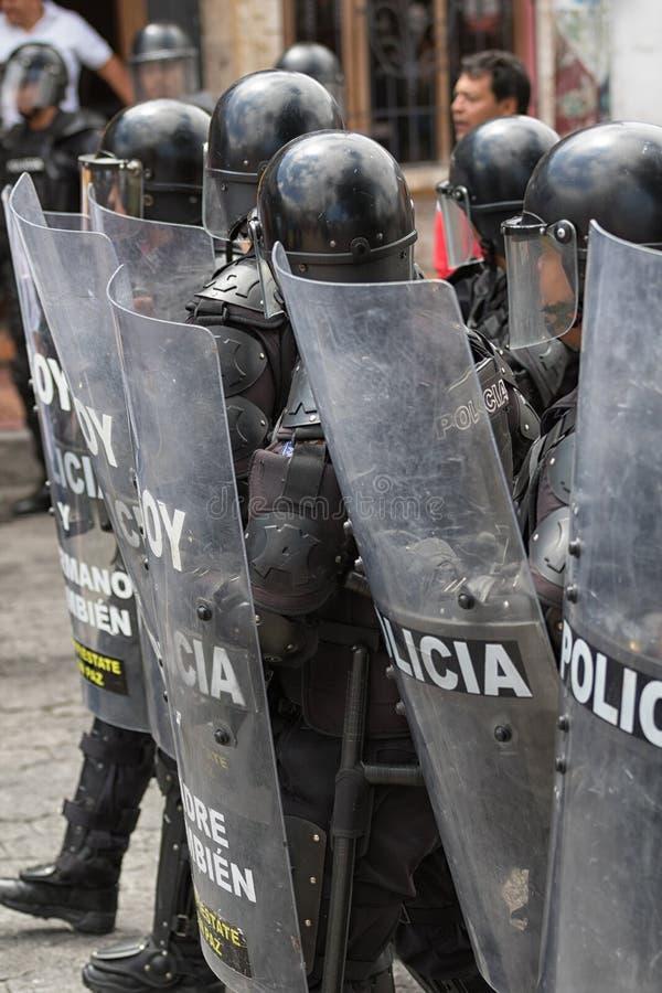 Kravallpolis bak sköldar i Ecuador fotografering för bildbyråer