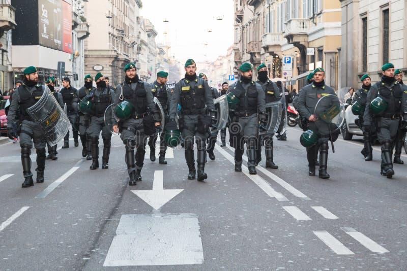 Kravallpolis som följer Kurdish demonstranter i Milan, Italien arkivfoton