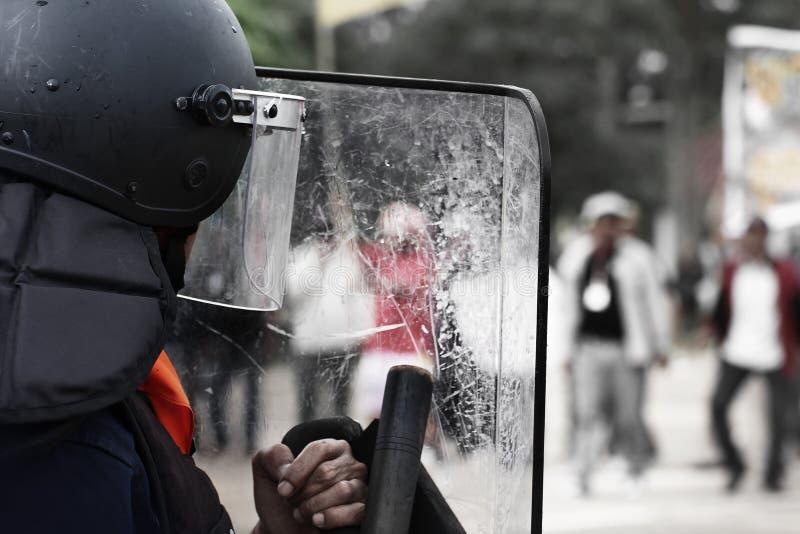 Kravallpolisen och personerna som protesterar arkivbilder