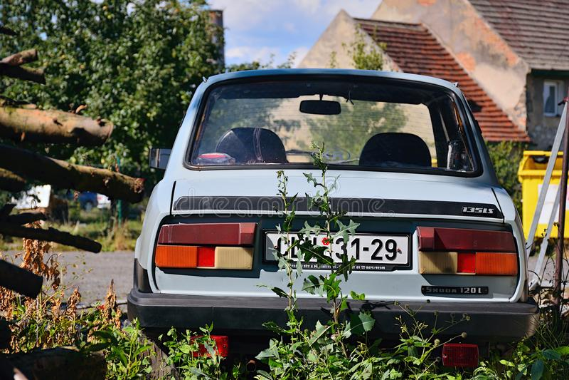 Kravare Machuv kraj, Tjeckien - Juli 14, 2018: övergiven czechoslovak bil Skoda 120L från ställning för 80 ` s mellan hus på slut arkivfoto