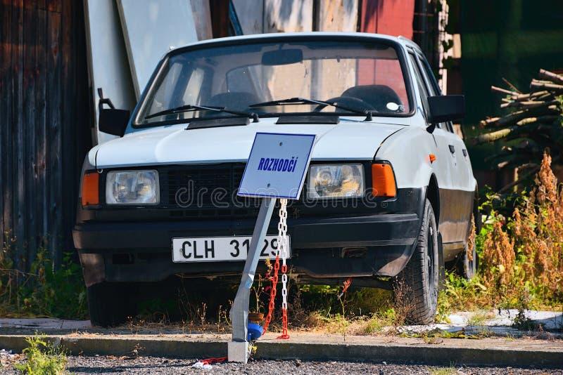 Kravare Machuv kraj, Tjeckien - Juli 14, 2018: den övergav czechoslovak bilen Skoda 120L från 80 ` s och fläcken står mellan hous royaltyfri foto