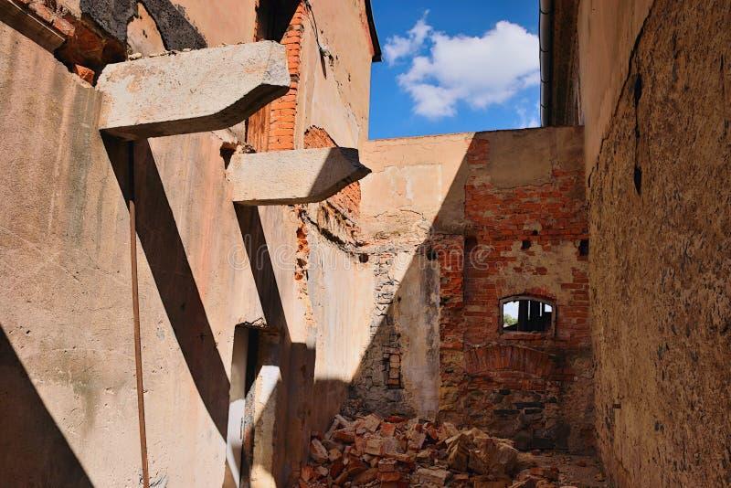 Kravare Machuv kraj, Tjeckien - Juli 14, 2018: fördärvar av övergett gammalt hus i solig eftermiddag för sommar royaltyfria foton