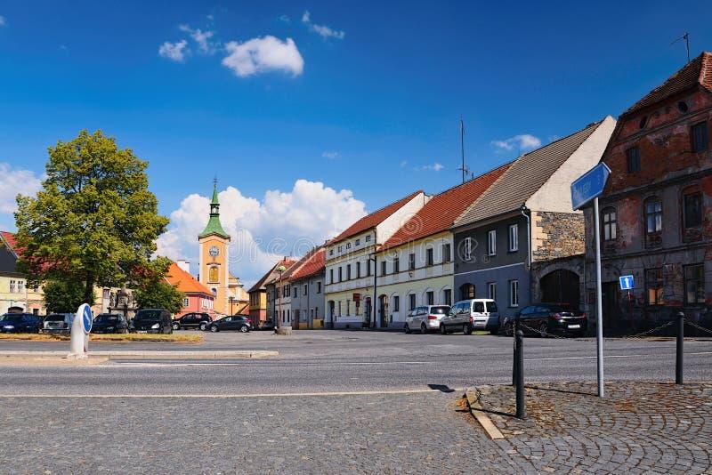 Kravare Machuv kraj, Tjeckien - Juli 14, 2018: genomskärning nära fyrkanten med parkerade bilar, historiska hus och kyrkan fotografering för bildbyråer