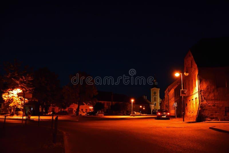 Kravare Machuv kraj, Tjeckien - Juli 14, 2018: genomskärning nära fyrkanten med parkerade bilar, historiska hus och kyrkan royaltyfria foton