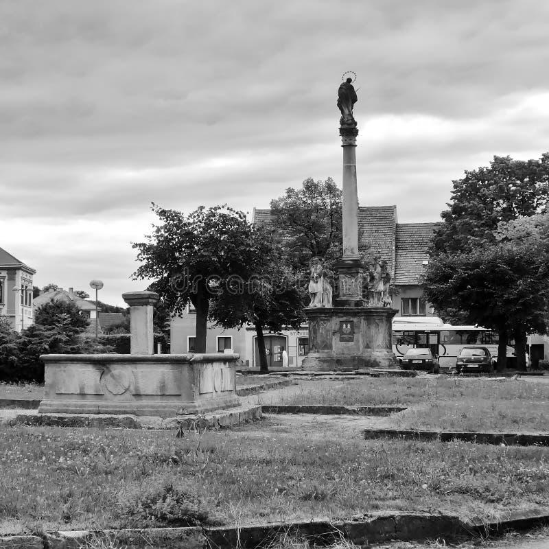 Kravare, republika czech - Sierpień 12, 2017: pogarszający się fontanny i ampuły filar zdjęcie royalty free