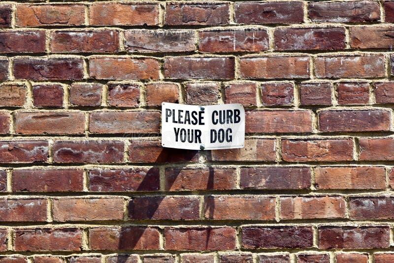 krawężnika pies zadawala znaka twój fotografia stock