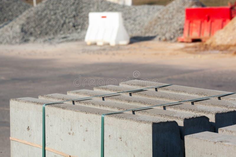 Krawężniki betonowe palone Materiały budowlane do budowy dróg zdjęcie royalty free