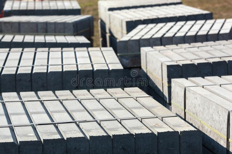 Krawężniki betonowe palone Materiały budowlane do budowy dróg zdjęcia stock