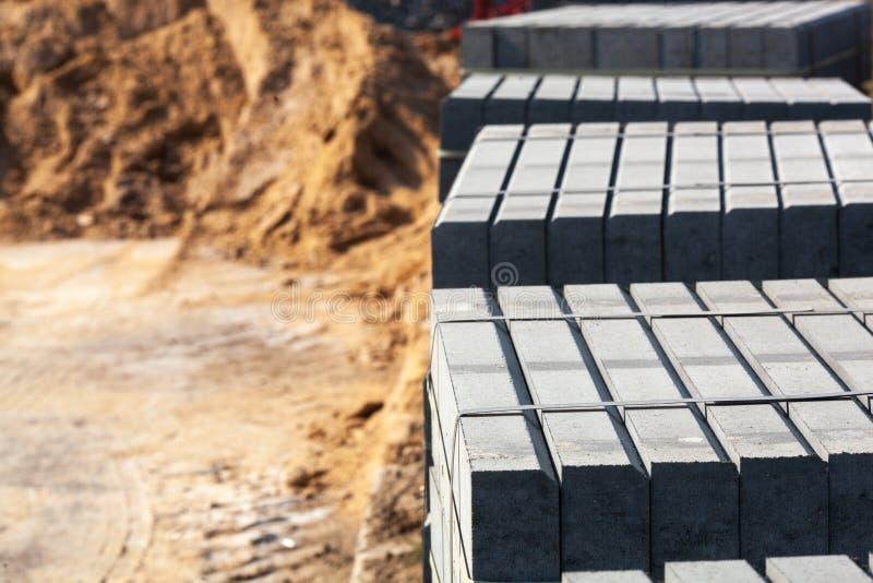 Krawężniki betonowe palone Materiały budowlane do budowy dróg zdjęcie stock