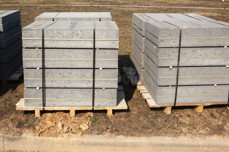 Krawężniki betonowe palone Materiały budowlane do budowy dróg obraz stock