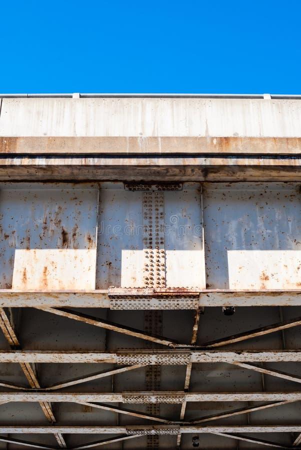 Krawędź bridżowy kratownicowy spód przeciw niebieskiemu niebu fotografia stock