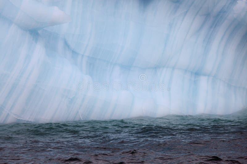 Krawędź góra lodowa i woda fotografia stock