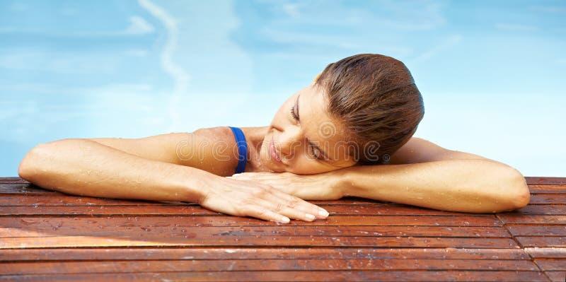 krawędzi basenu odpoczynkowa kobieta obrazy royalty free