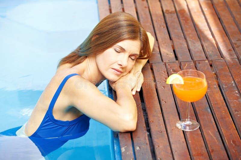 krawędzi basenu zrelaksowana kobieta zdjęcie royalty free