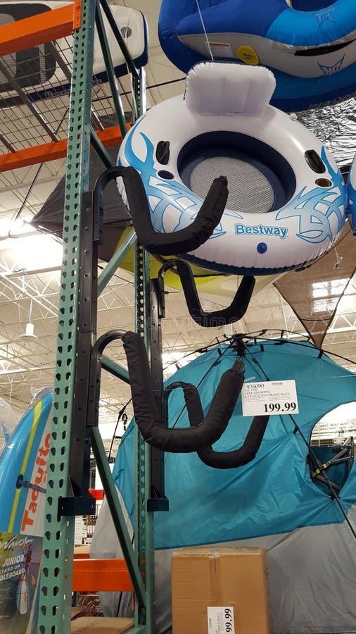 Krawatów Yak wolno stojący kajak, Sup Składowy stojak na pokazie przy Costco/ fotografia royalty free