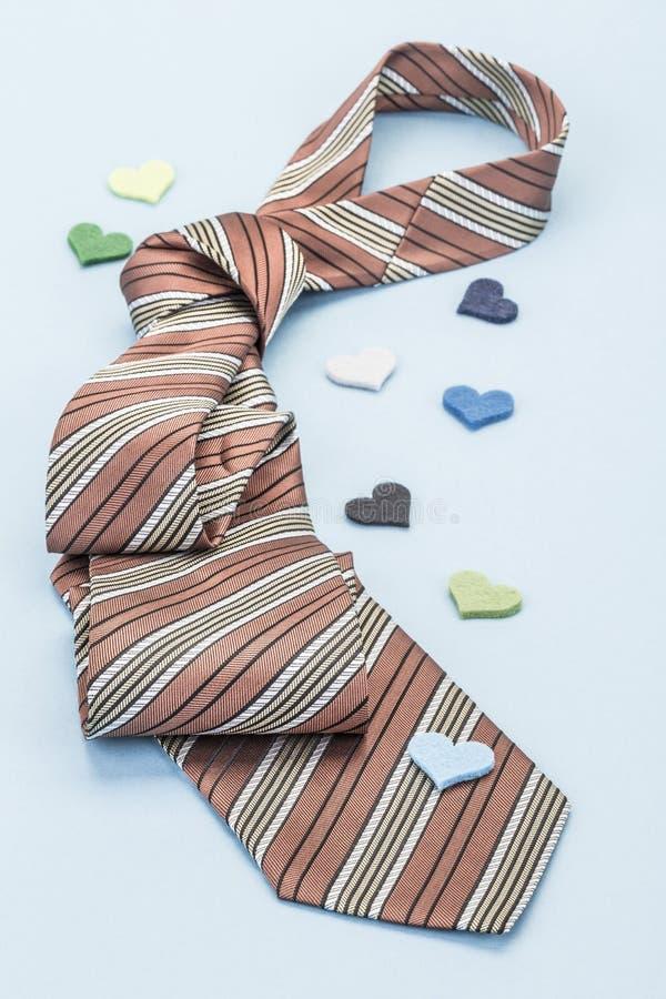 Krawat na błękicie dekorującym z małymi sercami zdjęcie royalty free
