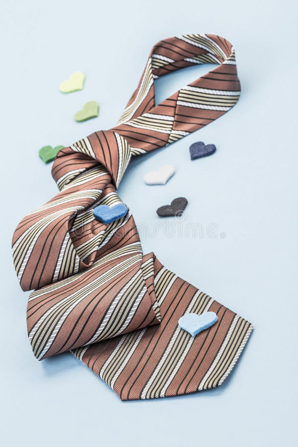 Krawat na błękicie dekorującym z małymi sercami obrazy stock