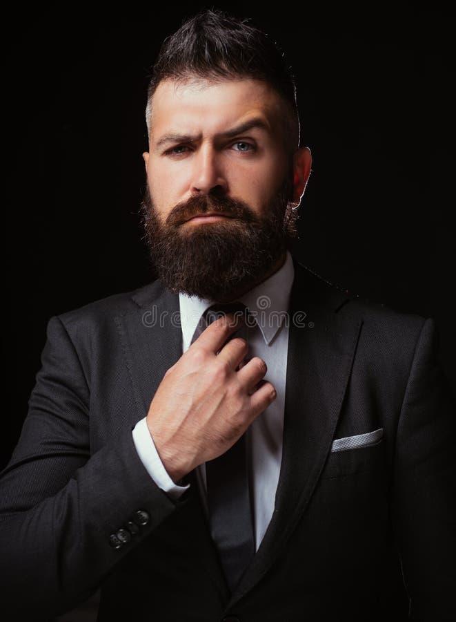Krawata trend Mężczyzny kostiumu moda Biznes ufny Spotykać kostium Biznesmen w zmroku popielatym kostiumu Mężczyzna w klasycznym  fotografia royalty free