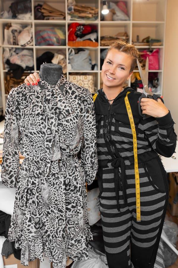 Krawcowa z mannequin jako fachowy projektant mody ?e?ski krawcowej przystosowywa? odziewa na krawiectwa ono u?miecha si? i manneq fotografia royalty free