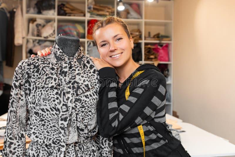 Krawcowa z mannequin jako fachowy projektant mody ?e?ski krawcowej przystosowywa? odziewa na krawiectwa ono u?miecha si? i manneq obrazy royalty free