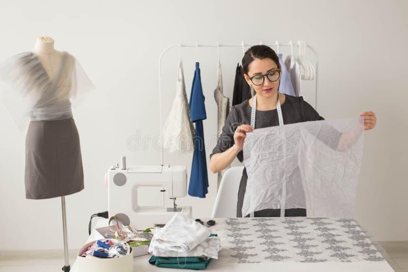 Krawcowej, projektanta modego i krawczyny pojęcie, - młoda kobieta projektant, proces tworzyć suknię obraz stock